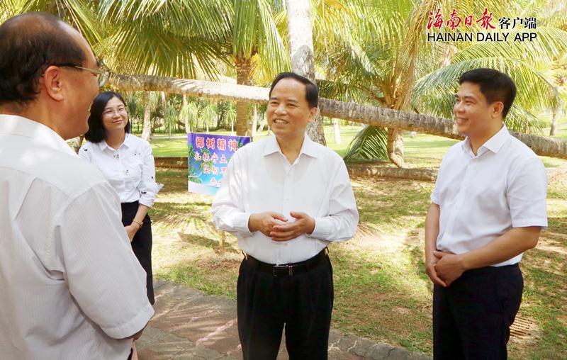 4月16日,省委书记刘赐贵来到文昌椰子大观园,调研椰子产业发展情况。海南日报记者 李英挺 摄