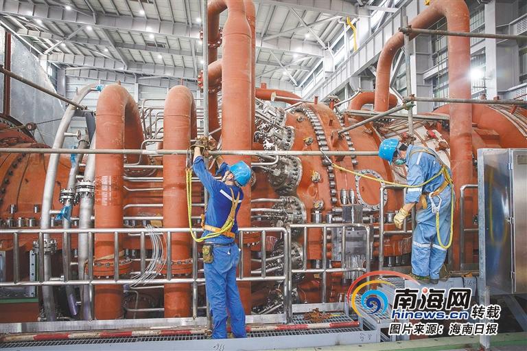 近日,在文昌燃气电厂2号机组安装现场,工作人员正在抓紧安装调试。 海南日报记者 宋国强 摄