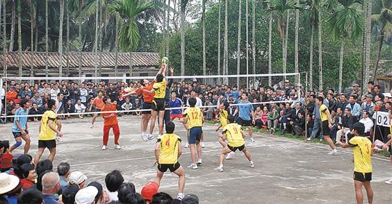 乡村排球赛吸引着远近村民