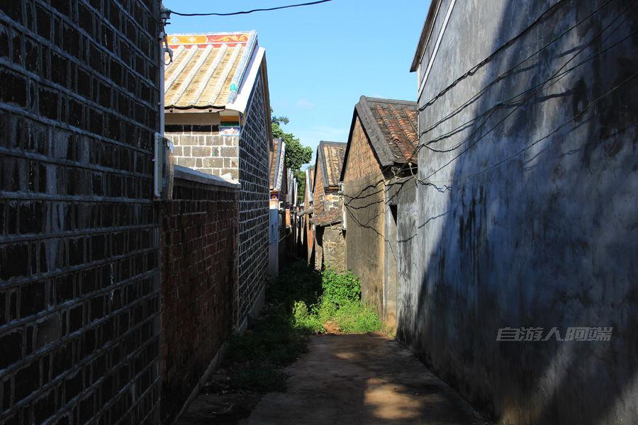 这两排房子最后挤到一起了,巷子成了死巷