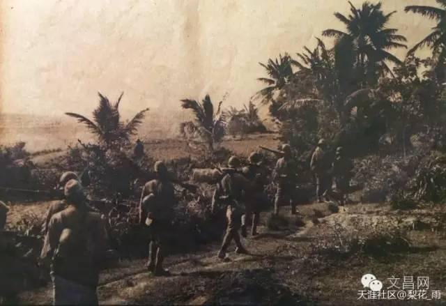 日本兵在田野上行军