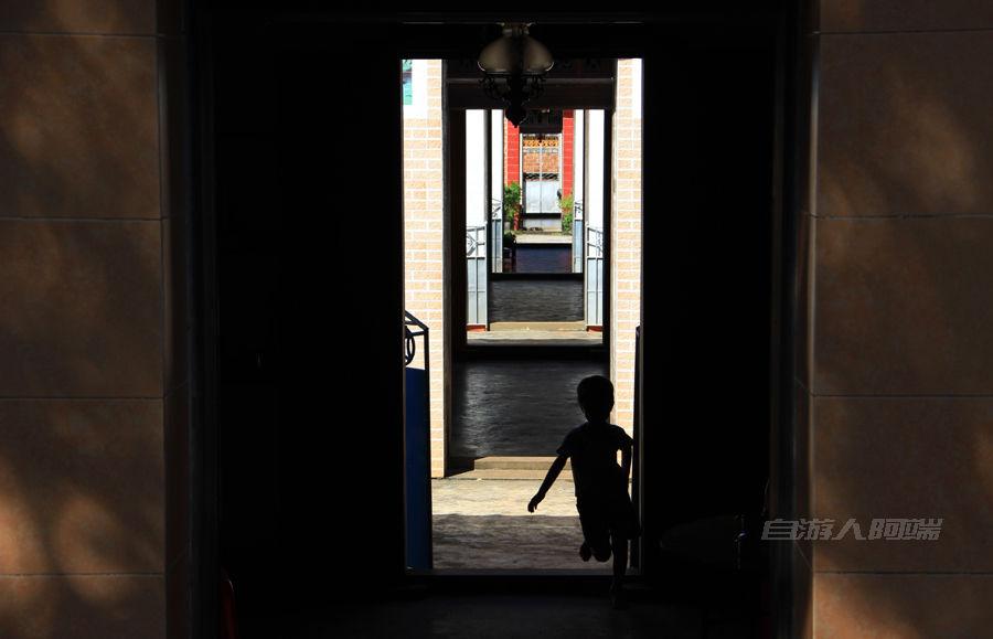房子的门口全开在一个中轴线上,小孩子抓迷藏很过瘾。