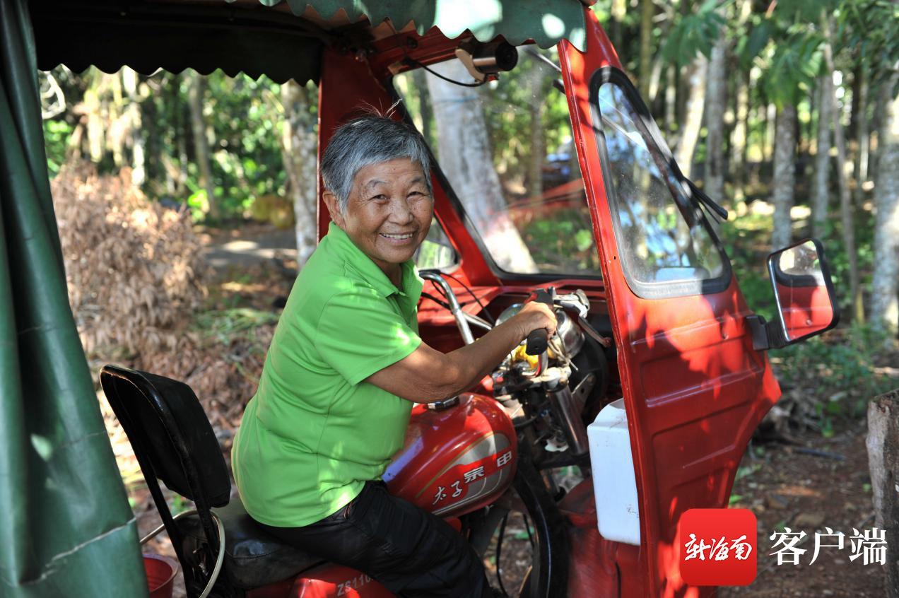 吴剑如经常开三轮车帮五保户买菜和购物(连中华 摄)
