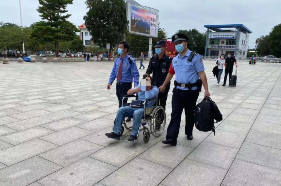 民警送摔伤的旅客回所里